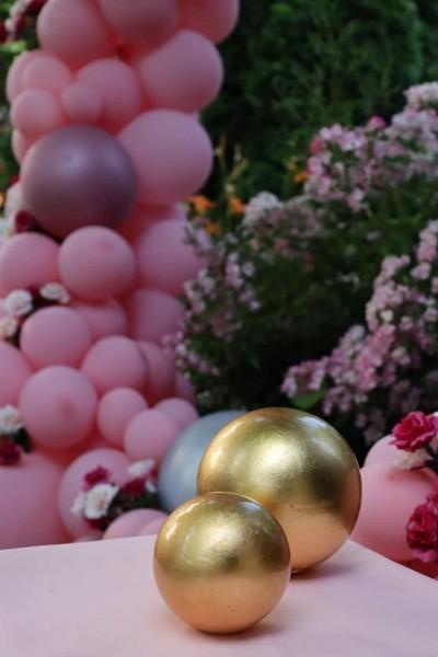 Златни детайли за украса на абитуриентки бал в розово