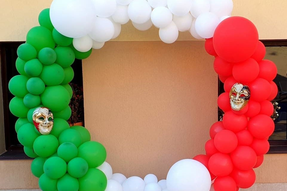 Кръгла арка с балони с италиански флаг